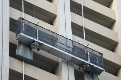 外壁を上下するエレベーター