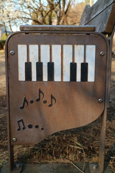 ピアノ型のベンチ