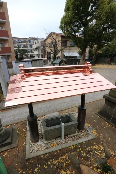 修繕が完了した手水舎の屋根