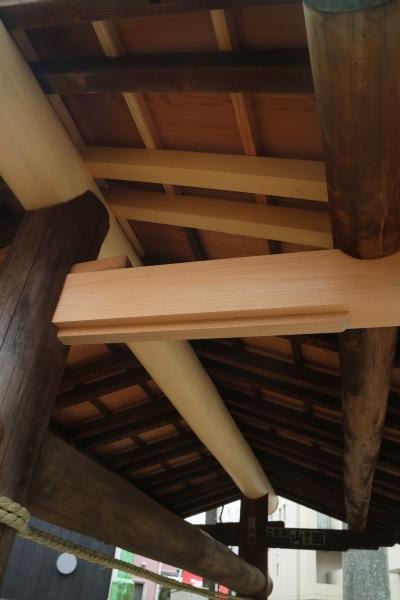 交換された屋根裏の木材