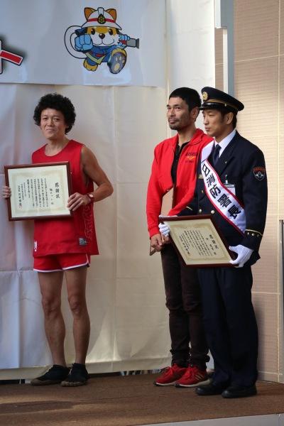 「中原区消防・防災フェア2019」に登場された迫稔雄さん(中央)