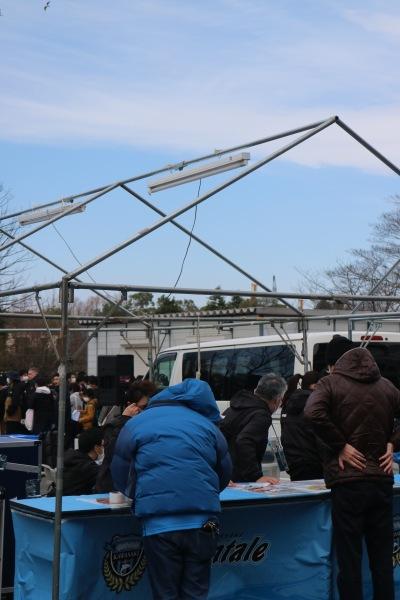「春一番」の強風のため骨組みだけにしたテント