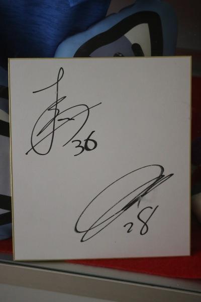 脇坂泰斗選手(28番)、馬渡洋樹選手(36番)のサイン