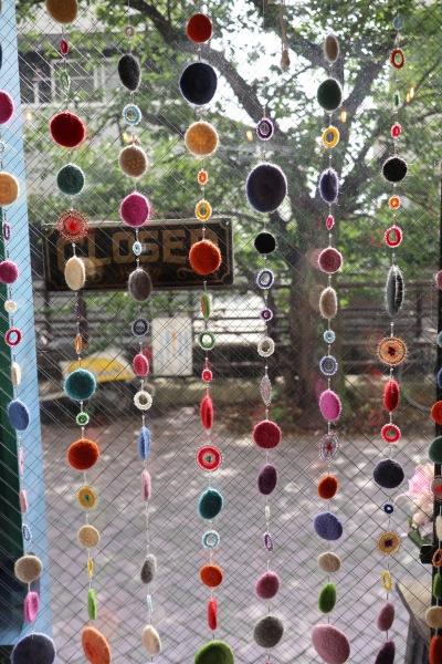 二ヶ領用水に面したガラス面の飾り