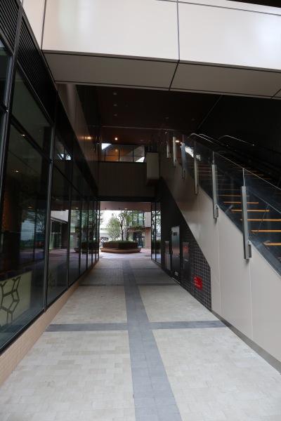 建物の間を抜ける歩行者導線