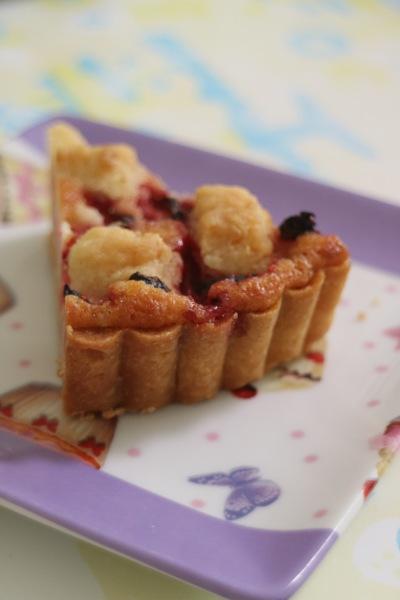焼き苺とクランブルのタルト