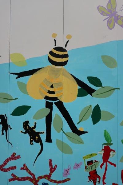 ハチの姿をした人