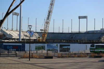 正面広場から見た硬式野球場の観客席