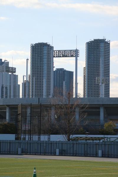 硬式野球場と武蔵小杉のタワーマンション